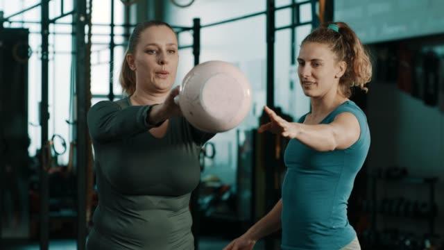 vídeos de stock, filmes e b-roll de treino com o treinador! - personal trainer