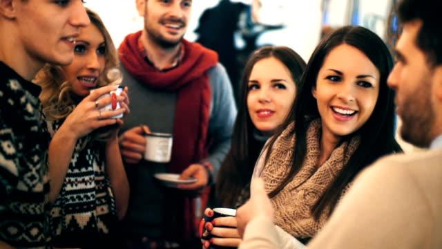 vídeos de stock, filmes e b-roll de natal no trabalho - tea drinks