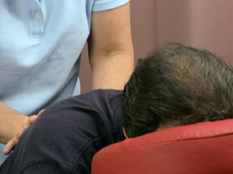 vídeos de stock e filmes b-roll de massagem local 1 - músculo humano