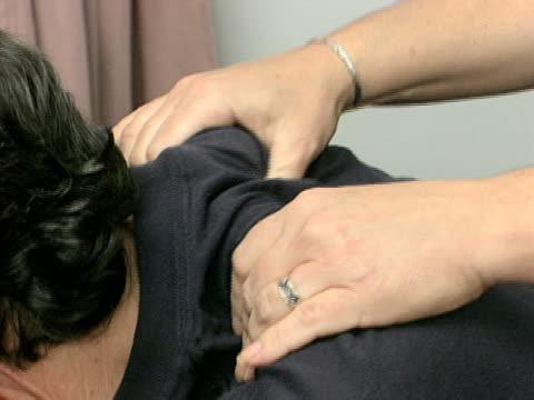 vídeos de stock e filmes b-roll de massagem local 3 - músculo humano