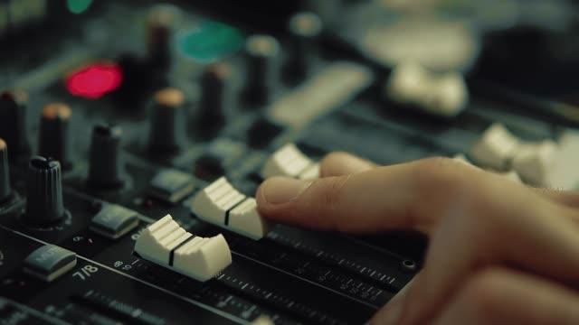 vidéos et rushes de dj travaille sur la console dj - batteur électrique