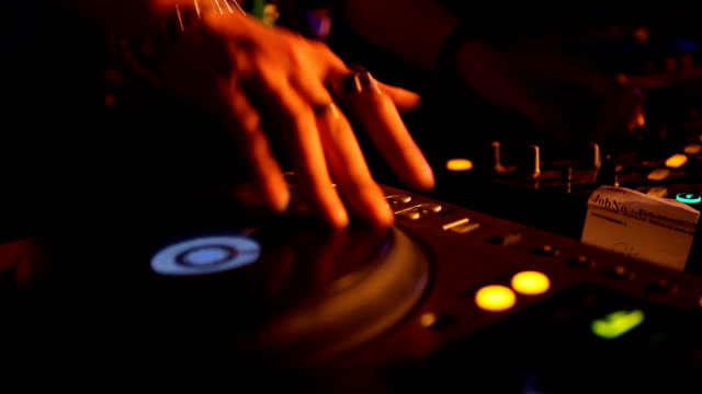 dj ミキサー、ナイトクラブのパーティーで取り扱い - ナイトクラブ点の映像素材/bロール