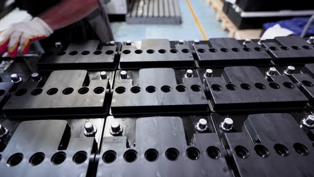 stockvideo's en b-roll-footage met workshop voor de assemblage van autoaccu's. bijna afgewerkte batterijen - lood