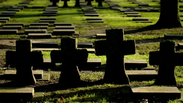 första världskriget kyrkogård: tyska krigsgravar - ljus på grav bildbanksvideor och videomaterial från bakom kulisserna