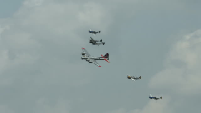 World War II American aircraft banking in formation video
