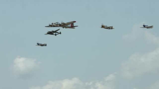 vidéos et rushes de world war ii avion américain formation de vol - mustang