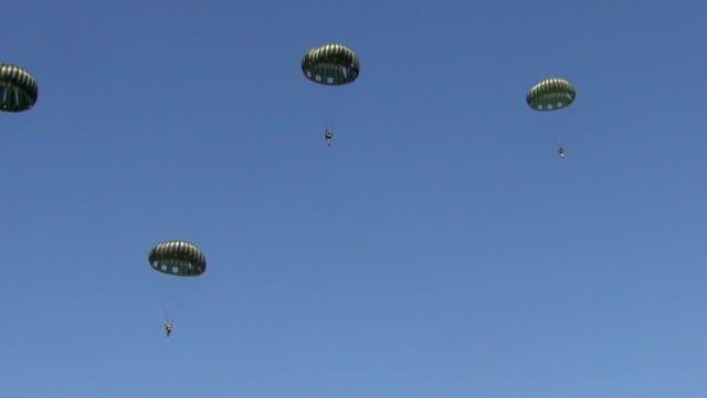 vídeos de stock, filmes e b-roll de world war ii era de para-quedas - paraquedismo