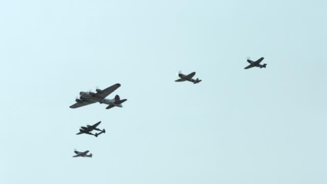 vídeos de stock, filmes e b-roll de world war ii histórica americana flypast 24p - mustang