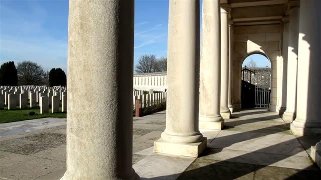 vidéos et rushes de première guerre mondiale place du souvenir: cimetière militaire britannique - première guerre mondiale