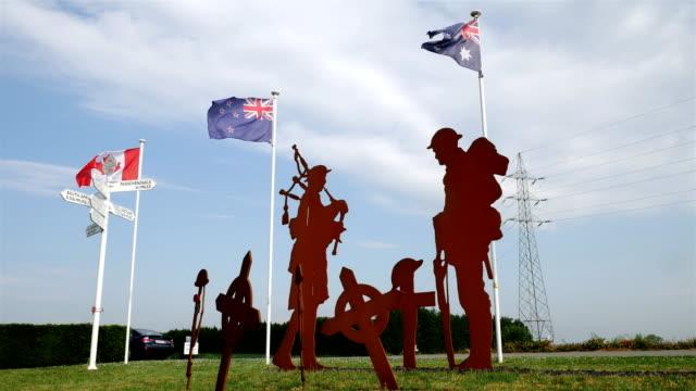 vidéos et rushes de world war one lieux de mémoire en belgique: écossais et sud-africains memorial, drapeaux de la nation et silhouette de soldat - première guerre mondiale