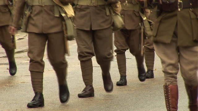 vidéos et rushes de guerre de l'armée de soldats en parade - première guerre mondiale