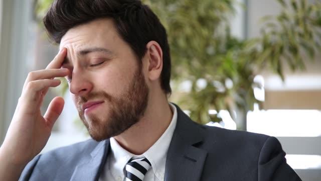 vidéos et rushes de homme d'affaires inquiet - lutte