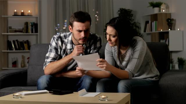 vidéos et rushes de couples inquiets lisant une lettre à la maison - bec