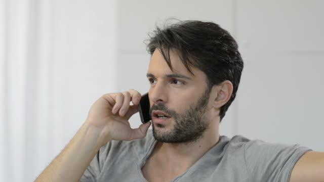 Hombre preocupado en el teléfono - vídeo