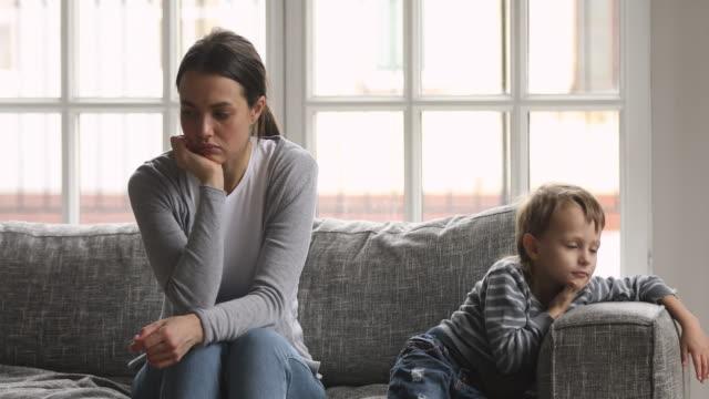 zaniepokojona milenialska opiekunka do dziecka ignorująca znudzone małe dziecko. - nuda filmów i materiałów b-roll