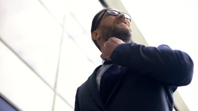 vídeos y material grabado en eventos de stock de oficinista preocupada aflojando la abrazadera, sentir dolor de pecho, con exceso de trabajo gerente - corbata