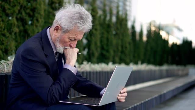 心配した上級ビジネスマンは、彼が会社で株式を失った悪いニュースを受け取った ビデオ