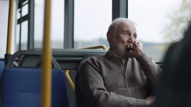 vídeos de stock e filmes b-roll de worried senior man riding on a bus - old men window