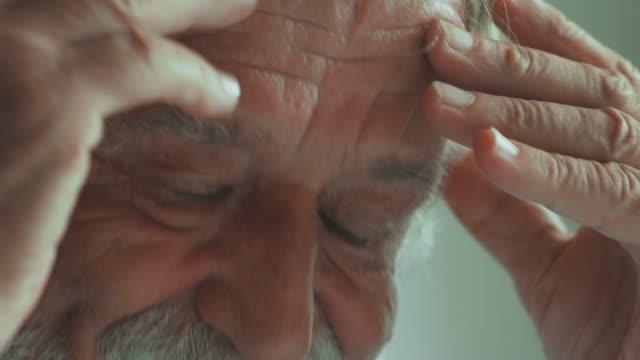 vidéos et rushes de homme aîné inquiet - en désordre