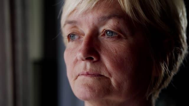 vídeos y material grabado en eventos de stock de mujer mayor preocupada - memorial day