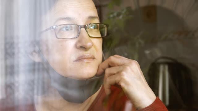 vídeos y material grabado en eventos de stock de mujer preocupada usando máscara para evitar enfermedades infecciosas - stay home