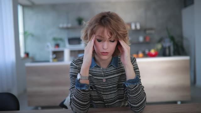 vidéos et rushes de soucis donnent son mal de tête - effort