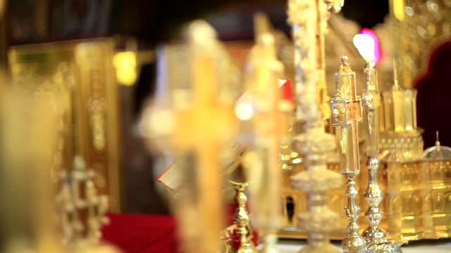 богослужения объектов в священном православный храм - верующий стоковые видео и кадры b-roll
