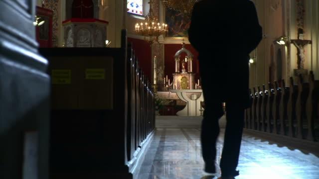 hd dolly: верующий в пустой церковь - верующий стоковые видео и кадры b-roll