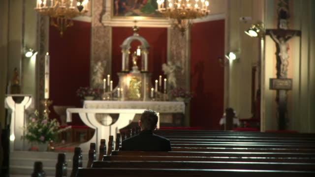 hd dolly: верующий в церковная скамья со спинкой - верующий стоковые видео и кадры b-roll