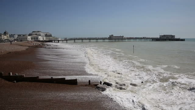 worthing beach and pier west sussex england - sussex occidentale video stock e b–roll