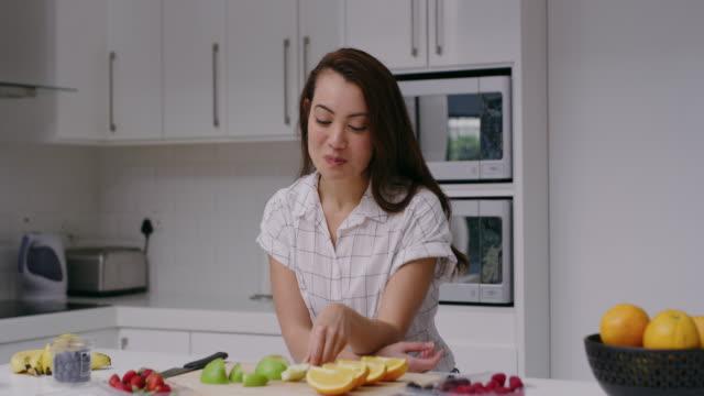 vídeos de stock, filmes e b-roll de eu não começaria meu dia de outra maneira. - fruit salad