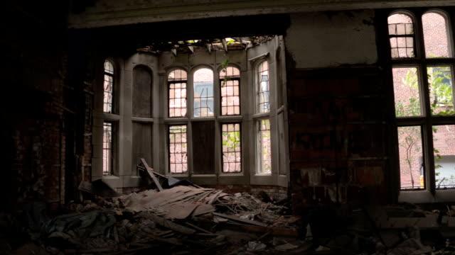 クローズ アップの苦しむチャペルと放棄された都市メソジスト教会で壊れた窓 - 全壊点の映像素材/bロール