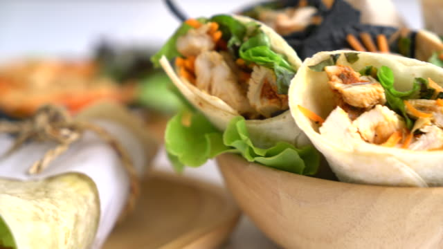 vídeos de stock e filmes b-roll de wrap salad roll - sanduíche