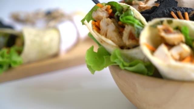 vídeos y material grabado en eventos de stock de envuelva el rollo de ensalada - comida mexicana
