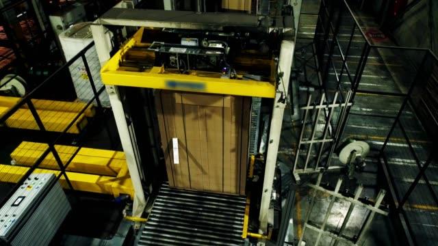 atölyede konveyör ile taşınan sarılmış karton kağıt - uzun fiziksel özellikler stok videoları ve detay görüntü çekimi