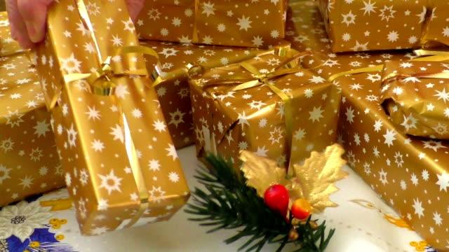 vidéos et rushes de cadeaux de noël enveloppé - emballé