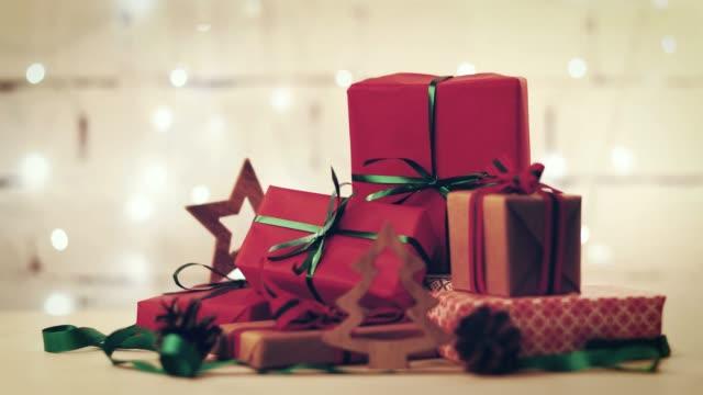 点滅クリスマス ライトの背景上のギフトや、飾りの巻き - クリスマスプレゼント点の映像素材/bロール