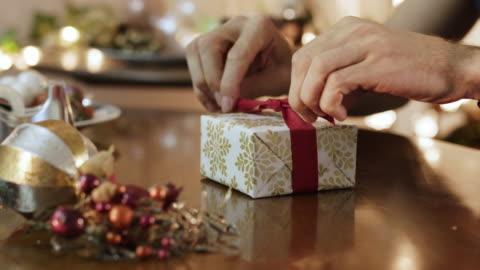 vidéos et rushes de emballage cadeau pour noël - cadeau