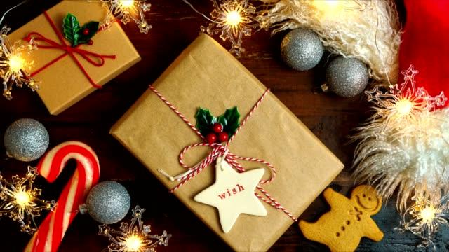 inslagning julklappar på mörkt träbord, nightime stop motion. - christmas presents bildbanksvideor och videomaterial från bakom kulisserna