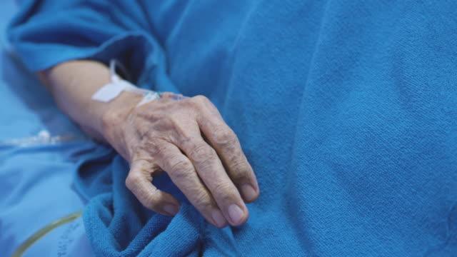 stockvideo's en b-roll-footage met gerimpelde oudere hand met infuusbuis in het ziekenhuisbed - ventilator bed