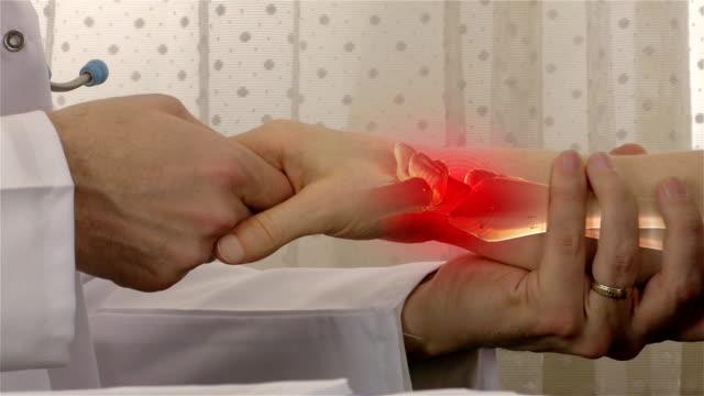 vídeos de stock, filmes e b-roll de dor no pulso - resolução 4k - articulação humana