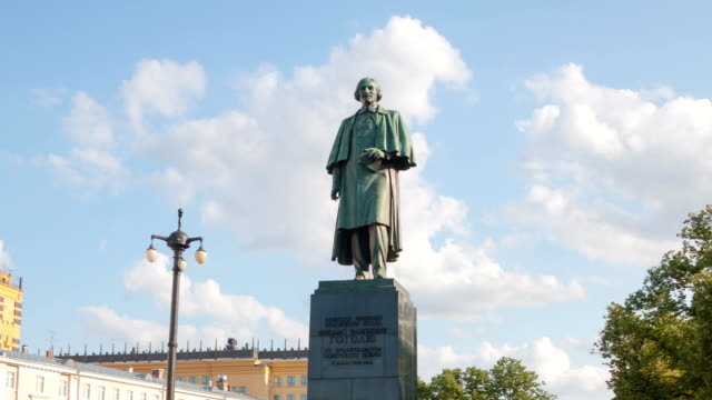 scrittore gogol monument hyperlapse - nazionalità russa video stock e b–roll