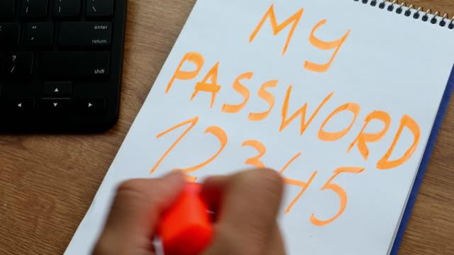 パスワードを書き留めます。安全とサイバーセキュリティの概念 - なりすまし犯罪点の映像素材/bロール