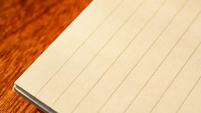 scrivere intestazione di lista di cose da fare in blocco note con pennarello - to do list video stock e b–roll