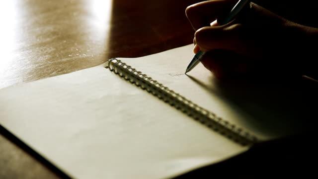 writing note - tavolo legno video stock e b–roll