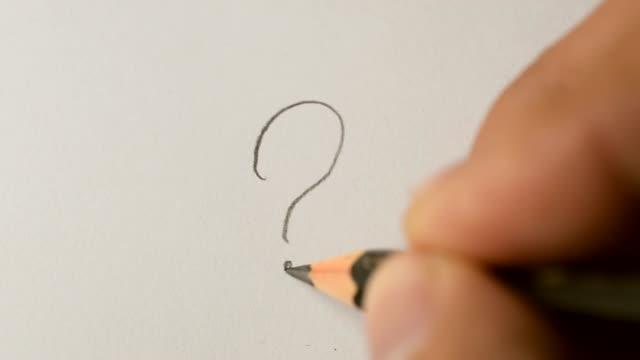 vídeos de stock, filmes e b-roll de escrito de interrogação com lápis de grafite - perguntando