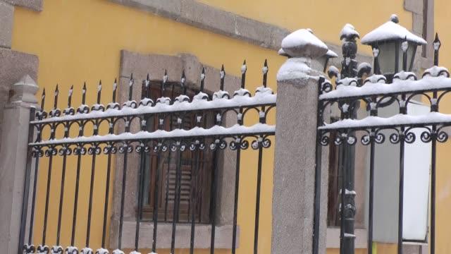 vídeos y material grabado en eventos de stock de hierro forjado y fondo de nevadas - ornamentado
