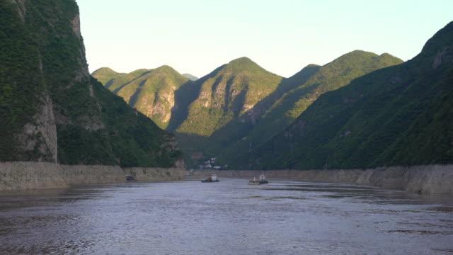 vídeos y material grabado en eventos de stock de vista panorámica de wu gorge el segundo de las tres gargantas en china - río yangtsé