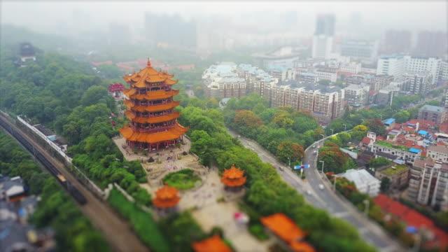 vídeos y material grabado en eventos de stock de wuhan ciudad día famoso templo de la grúa amarilla tráfico ruta panorámica 4k cambio de inclinación porcelana - río yangtsé