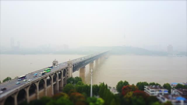 vídeos y material grabado en eventos de stock de wuhan ciudad famosa tráfico changjiang puente bahía panorama aéreo 4k inclinación cambio porcelana - wuhan